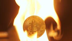 由于它成为Trustable,特写镜头Bitcoin在火损坏了 股票视频