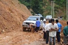 由于山崩,人们清除路 免版税图库摄影
