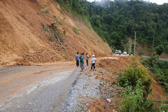 由于山崩,人们清除路 免版税库存照片