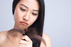由于干毛发,妇女被注重 图库摄影