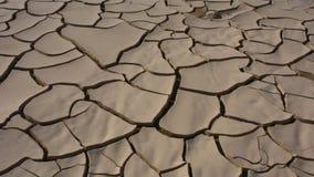 由于干泥设计的平底锅在阳光下在阿拉伯联合酋长国阿拉伯联合酋长国的沙漠 股票录像