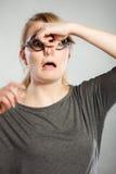 由于恶臭恶臭,女孩捏她的鼻子 免版税库存图片