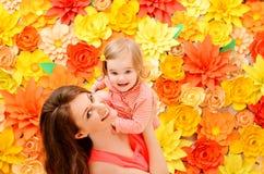 由于母亲的作用女儿 免版税库存图片