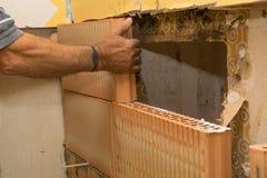 由于潮湿的墙壁的整修 免版税库存图片
