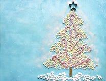 由五颜六色的微型marshmallo做的抽象甜圣诞树 库存照片