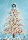 由五颜六色的微型marshmallo做的抽象甜圣诞树 免版税库存图片