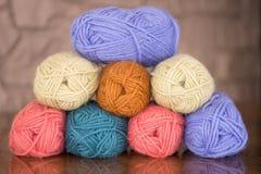由五颜六色的木毛线八个丝球做的毛线金字塔  免版税库存图片