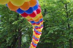 由五颜六色的气球做的曲拱 免版税库存照片