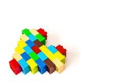 由五颜六色的玩具砖做的心脏在白色 库存图片