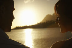 由享受日落的湖的夫妇 库存照片