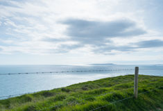 由侏罗纪海岸峭壁的篱芭  免版税库存图片