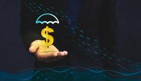 由保险的财政关心在洪水危机概念,金黄玩偶 免版税库存图片