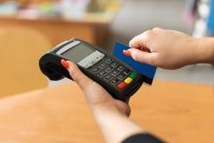 由信用卡的妇女薪水 免版税库存照片