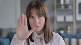 由偶然少女的中止姿态,否认提议 影视素材