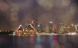 由光的五颜六色的有启发性悉尼歌剧院在晚上与 库存照片