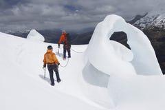 由冰层的远足者在山 免版税库存图片
