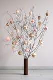 由分支做的圣诞树和葡萄酒球和decorati 免版税库存照片