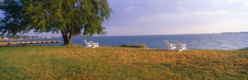 由切塞皮克湾的海滩睡椅在罗伯特莫妮斯旅馆,牛津,马里兰 免版税图库摄影