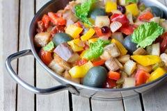 由切好的油煎的茄子做的煮熟的菜沙拉 传统西西里人的盘 免版税库存图片