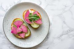 由切的西瓜萝卜做的健康多士 免版税图库摄影