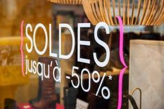 由半价格50%决定的销售在法国奢侈品商店 库存照片