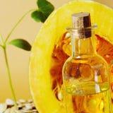 由南瓜籽和油做的南瓜 库存图片