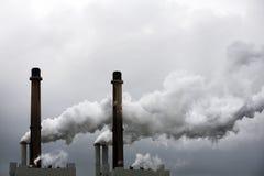 由发电站的污染 免版税库存图片