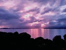 由发红光的海湾的城市 图库摄影