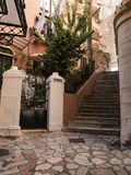 由口岸的Backstreets在科孚岛希腊海岛上的主要镇  免版税库存图片