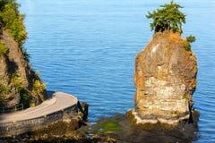 由史丹利公园防波堤的Siwash岩石在BC温哥华加拿大 免版税库存照片