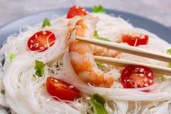 由吃用棍子的米线和大虾做的面团 户内 特写镜头 免版税库存图片