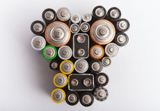 由各种各样的电池做的头骨形状-环境pollutio 免版税库存照片