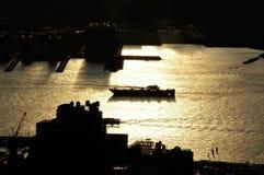 由后照小船nyc的横穿河与金黄颜色 免版税库存照片