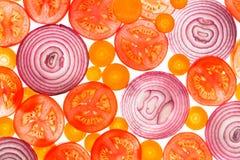 由后面照的切片蕃茄、红萝卜和葱 免版税图库摄影