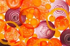 由后面照的切片蕃茄、红萝卜和葱 免版税库存照片