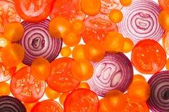 由后面照的切片蕃茄、红萝卜和葱 库存照片