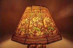 由后面照的被点燃的五颜六色的灯罩 免版税库存照片