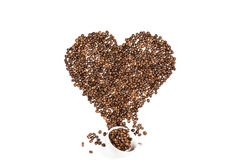 由咖啡种子做的白色杯子和心脏标志 免版税库存照片