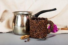 由咖啡粒和杯子做的土耳其人 库存照片