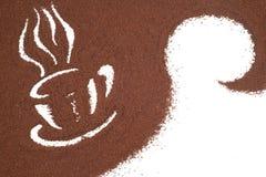 由咖啡粒子做的咖啡杯。 免版税库存图片