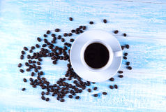 由咖啡豆做的心脏形状在木表面 我爱cof 免版税库存照片