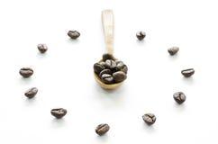 由咖啡豆做的时钟在白色背景,爱咖啡 免版税图库摄影