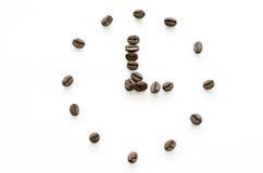 由咖啡豆做的时钟在白色背景,爱咖啡 库存照片