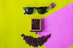 由咖啡豆做的滑稽的面孔 免版税库存照片