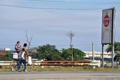 由哈瓦那俱乐部标志的古巴家庭 免版税库存照片