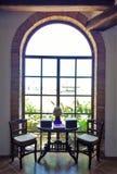 由哥特式窗口的咖啡馆表 库存图片