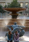 由喷泉的女孩 库存图片
