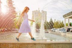 由喷泉的梦想的女孩 免版税库存图片