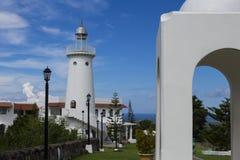 由圆形建筑的白色灯塔在希腊建筑风格 热带地方手段有海视图 免版税库存照片