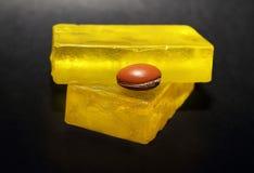 由圆筒芯的灯做的肥皂上油与圆筒芯的灯坚果 库存照片